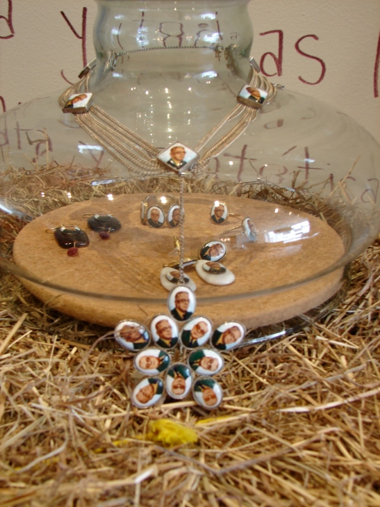 Joyas expuestas en campanas de vidrio